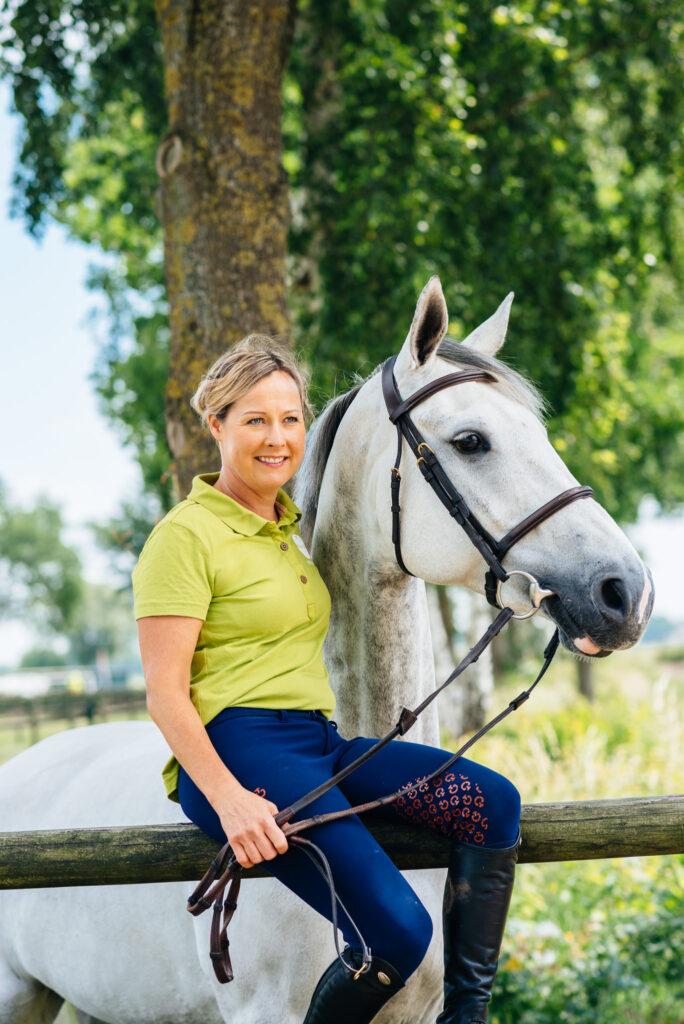 Hoppryttaren Juulia Jyläs väljer Nutrolin-serien till sina hästar